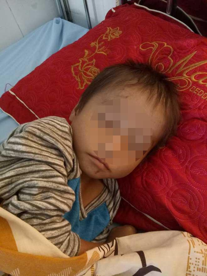 Bé trai ngủ co ro trên đường đất ở Hà Giang giờ ra sao? - 1