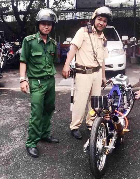 """Chạy xe """"quái thú"""" gầm rú trên phố Sài Gòn, thanh niên gặp ngay cảnh sát - 1"""