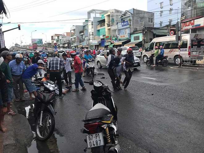 Xe tải 'lùa' 8 xe gắn máy khi đổ dốc cầu, 10 người bị thương - 1