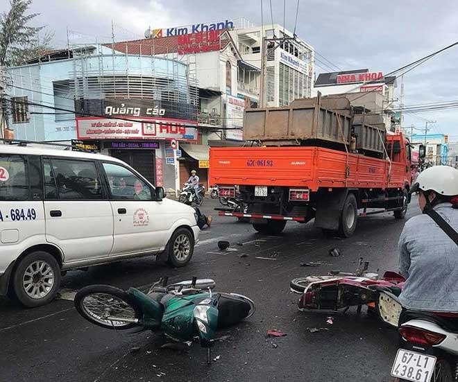 Xe tải 'lùa' 8 xe gắn máy khi đổ dốc cầu, 10 người bị thương - 3