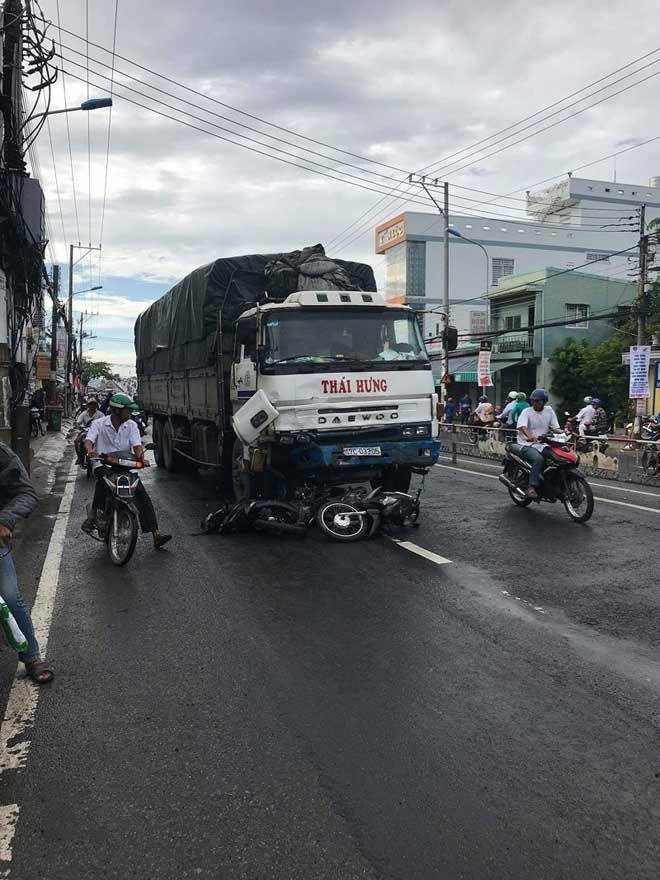 Xe tải 'lùa' 8 xe gắn máy khi đổ dốc cầu, 10 người bị thương - 2