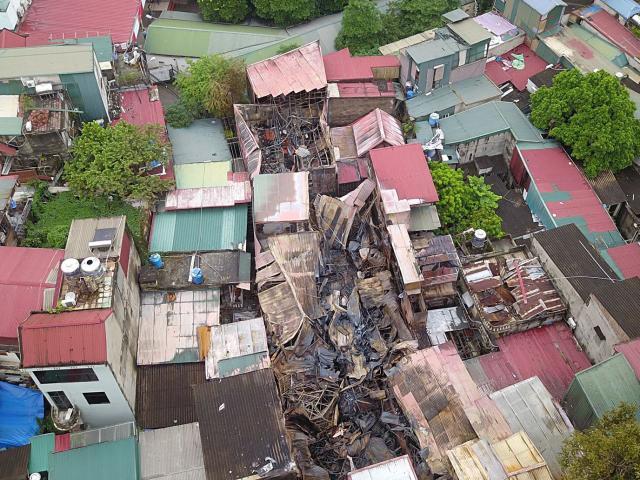 Flycam: Toàn cảnh 10 căn nhà bị thiêu rụi trên đường Đê La Thành