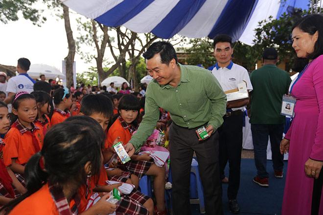 Quỹ Sữa Vươn Cao Việt Nam và Vinamilk trao 66.000 ly sữa cho trẻ em tỉnh Vĩnh Phúc - 7