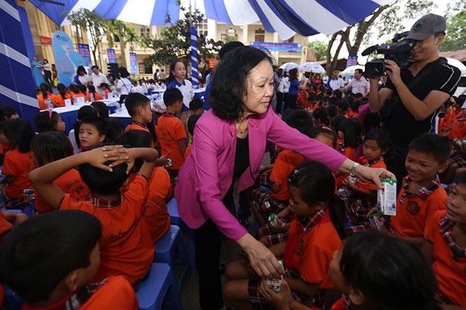 Quỹ Sữa Vươn Cao Việt Nam và Vinamilk trao 66.000 ly sữa cho trẻ em tỉnh Vĩnh Phúc - 6