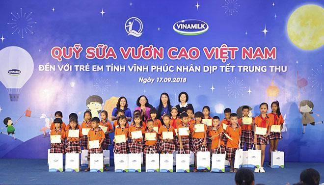 Quỹ Sữa Vươn Cao Việt Nam và Vinamilk trao 66.000 ly sữa cho trẻ em tỉnh Vĩnh Phúc - 5