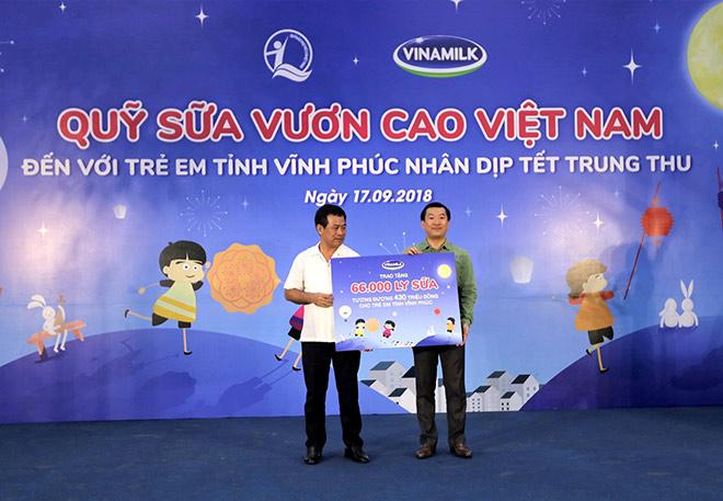 Quỹ Sữa Vươn Cao Việt Nam và Vinamilk trao 66.000 ly sữa cho trẻ em tỉnh Vĩnh Phúc - 3
