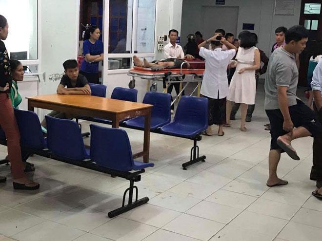 Ô tô 7 chỗ bất ngờ lao thẳng vào quán nhậu, gần 10 người nhập viện - 2