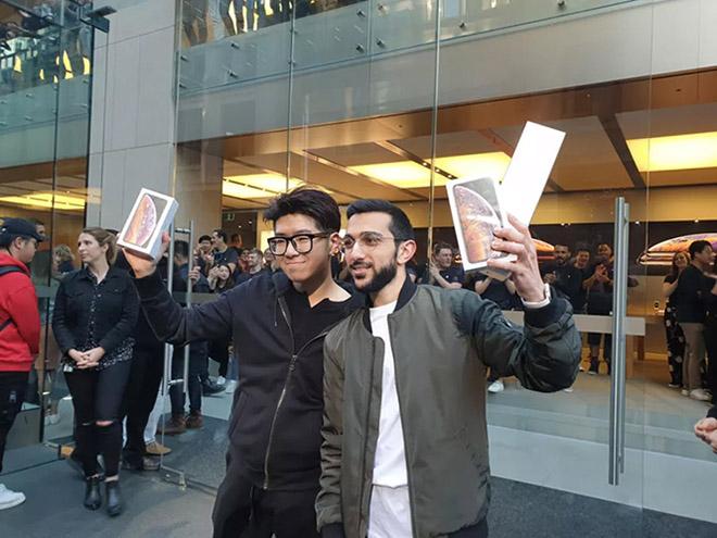 iPhone Xs và Xs Max chính thức mở bán, xếp hàng ít hơn, fan nhiều hơn - 1