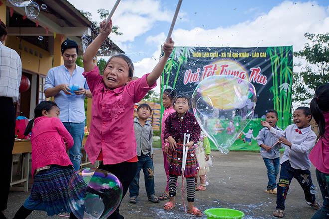 MC Phan Anh cùng vợ vượt hơn 300 km mang trung thu đến trẻ em vùng cao - 1