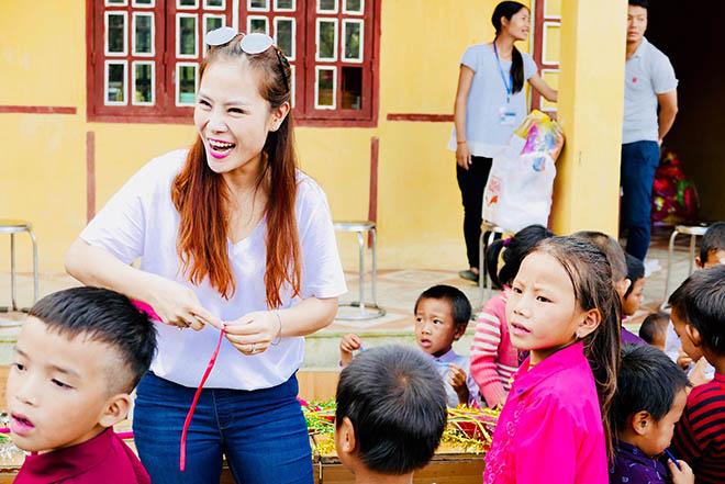 MC Phan Anh cùng vợ vượt hơn 300 km mang trung thu đến trẻ em vùng cao - 2