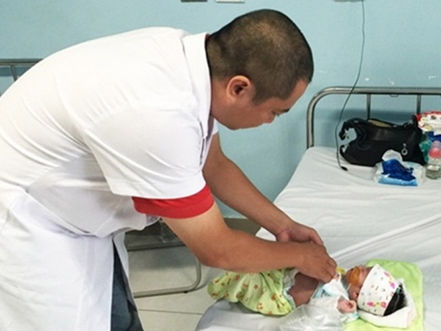Nôn trớ nhiều, bé 5 ngày tuổi phải cắt quá nửa ruột vì hoại tử - 1