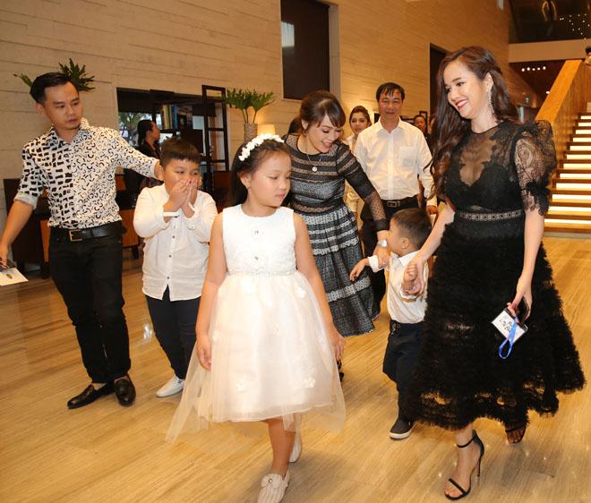 Trường Giang, Nhã Phương đãi tiệc đẹp không khác tiên cảnh, sao Việt đổ về tham dự - 18