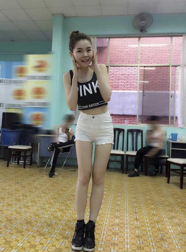 """Kiểu mặc táo bạo """"gây bão"""" của Thanh Bi, Linh Miu, Saka Trương Tuyền - 12"""