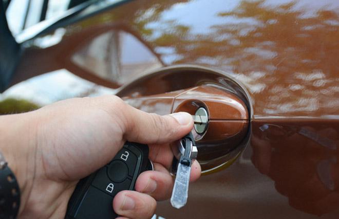 Khởi động xe như thế nào khi chìa khoá hết pin? - 2