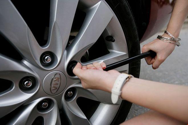 Cách thay lốp xe dự phòng nhanh nhất cho người mới - 2