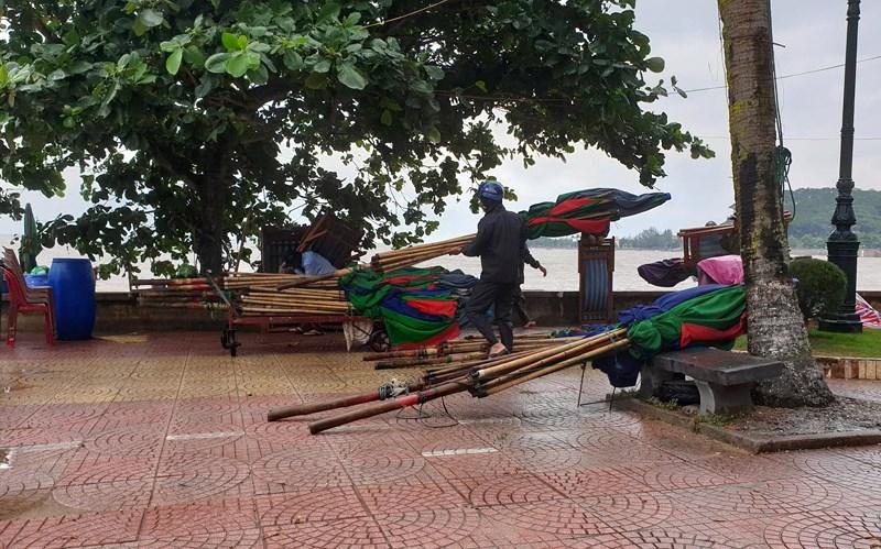 Hình ảnh du khách đổ xô ngắm sóng biển dâng cao ở Đồ Sơn - 1