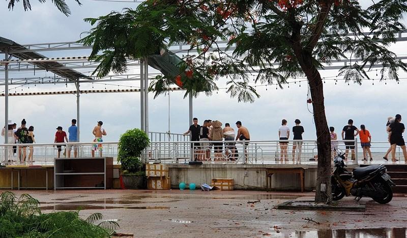 Hình ảnh du khách đổ xô ngắm sóng biển dâng cao ở Đồ Sơn - 2