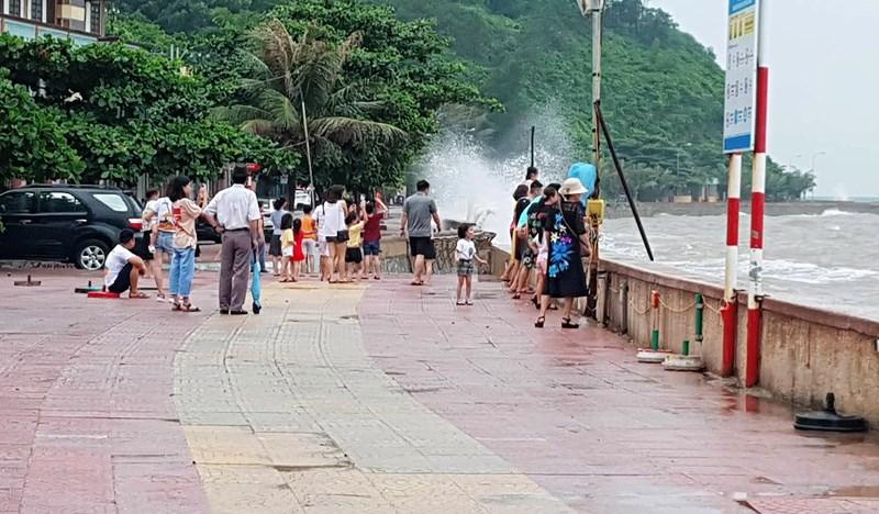 Hình ảnh du khách đổ xô ngắm sóng biển dâng cao ở Đồ Sơn - 3