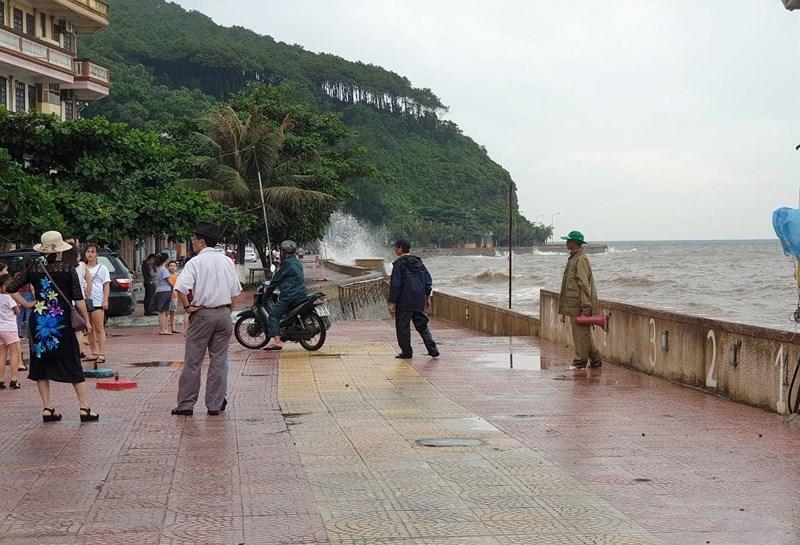 Hình ảnh du khách đổ xô ngắm sóng biển dâng cao ở Đồ Sơn - 4