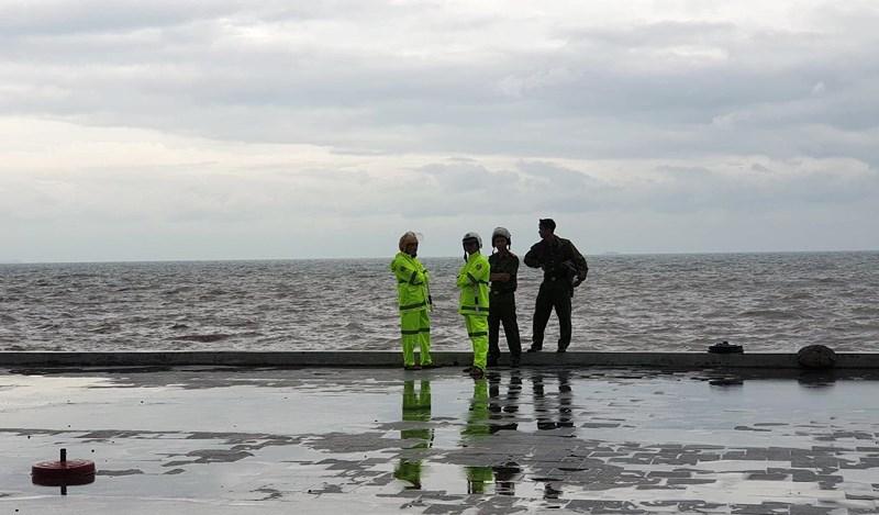 Hình ảnh du khách đổ xô ngắm sóng biển dâng cao ở Đồ Sơn - 5