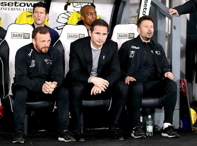 Lampard bên cạnh Judy Morris & Chris Jones, hai trợ lý tại Derby sẽ cùng sang Chelsea
