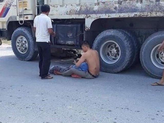 Con trai ôm thi thể mẹ, gào khóc thảm thiết tại hiện trường tai nạn