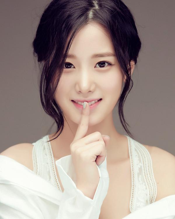 """Nữ thần tượng 23 tuổi xứ Hàn nghiện mặc """"hở bạo"""" dù liên tục bị chỉ trích - 1"""