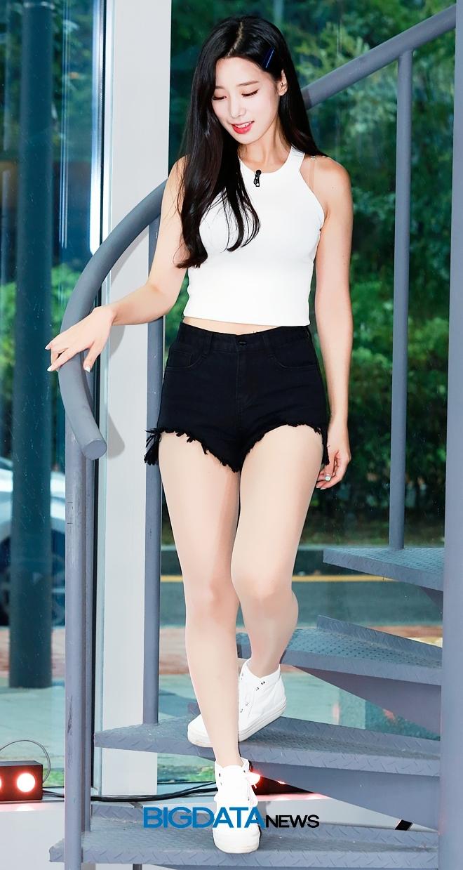 """Nữ thần tượng 23 tuổi xứ Hàn nghiện mặc """"hở bạo"""" dù liên tục bị chỉ trích - 8"""