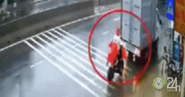 SỐC: Xe tải lùi đâm trúng lái xe đạp điện đỗ phía sau