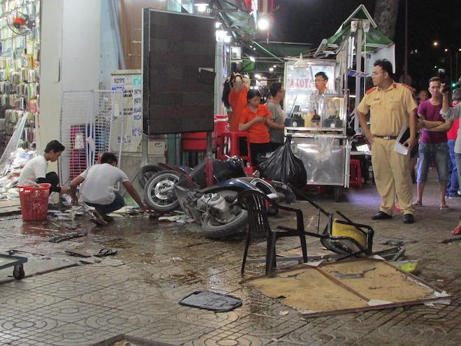 Nữ tài xế lái Mercedes tông liên hoàn 7 xe máy, người nằm la liệt trên vỉa hè - 3