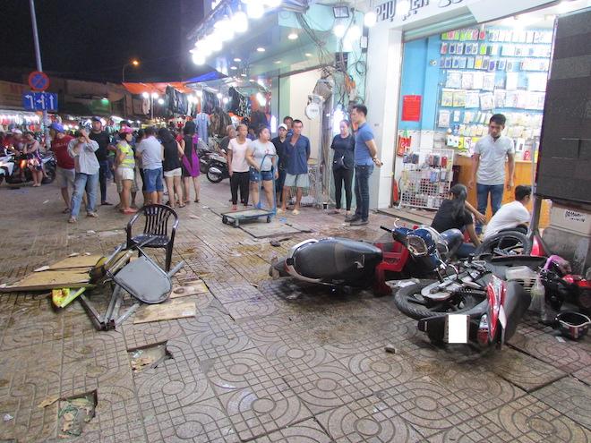 Nữ tài xế lái Mercedes tông liên hoàn 7 xe máy, người nằm la liệt trên vỉa hè - 2