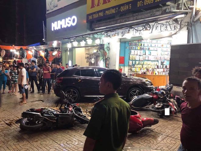 Nữ tài xế lái Mercedes tông liên hoàn 7 xe máy, người nằm la liệt trên vỉa hè - 1
