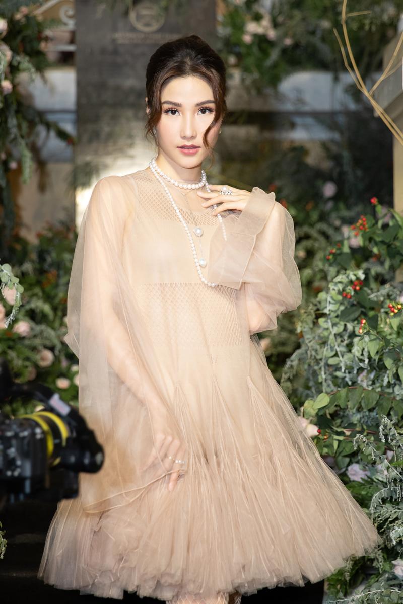 Diễm My 9x đụng hàng váy Song Hye Kyo, Như Vân mặc trễ tràng - 2