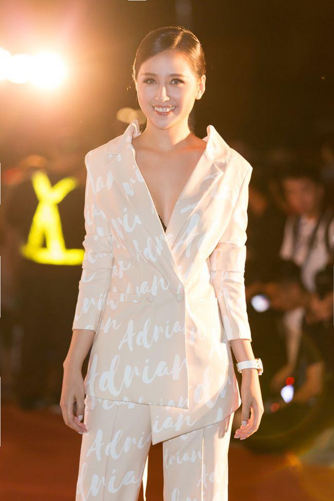 Mai Phương Thúy nam tính với suit, Tiểu Vy diện váy xẻ cao - 2