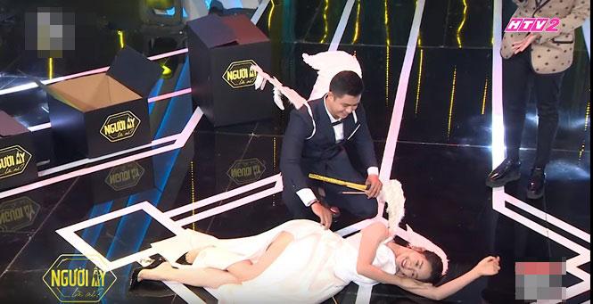 Váy áo bị chê vô duyên của khách mời, diễn viên trên sóng truyền hình - 1