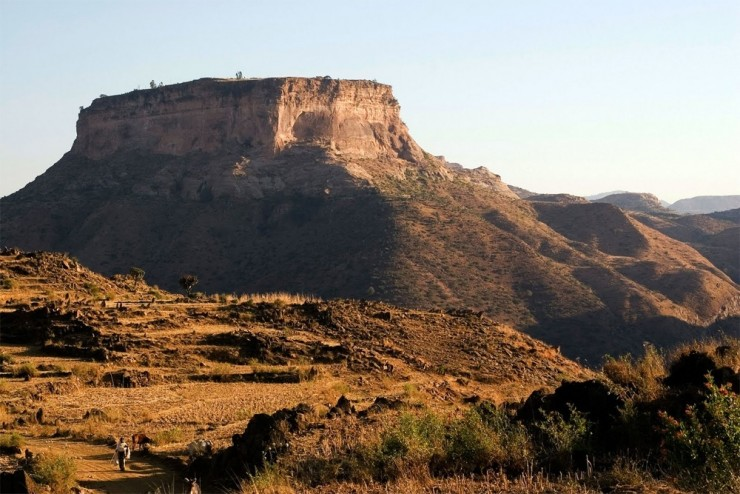 Những ngọn núi nguy hiểm nhất thế giới nhưng du khách vẫn ùn ùn ghé qua - 4