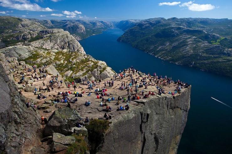 Những ngọn núi nguy hiểm nhất thế giới nhưng du khách vẫn ùn ùn ghé qua - 1