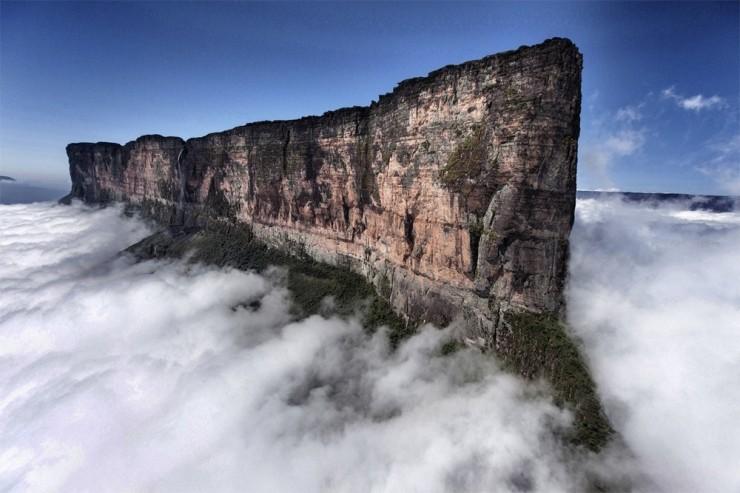 Những ngọn núi nguy hiểm nhất thế giới nhưng du khách vẫn ùn ùn ghé qua - 10