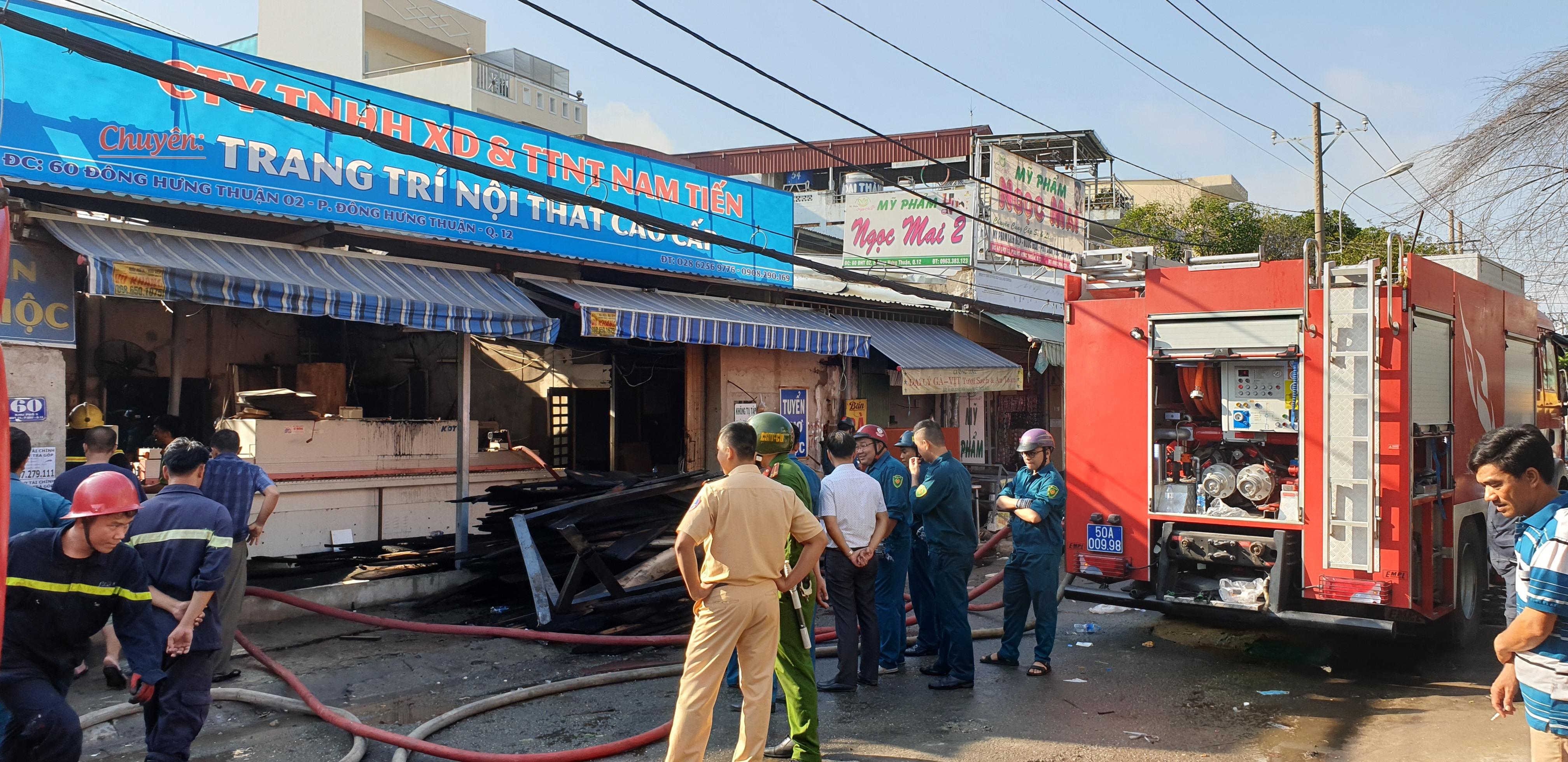 Công ty nội thất ở Sài Gòn chìm trong biển lửa, dân gào thét bỏ chạy - 3