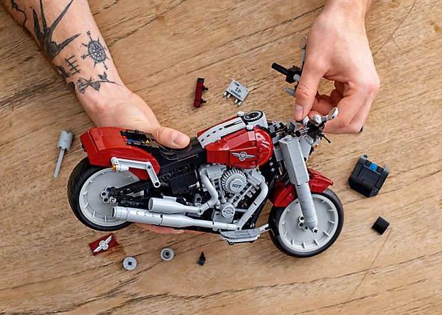 Cận cảnh mô tô Harley-Davidson Fat Boy lắp ráp bằng lego cực chất - 1