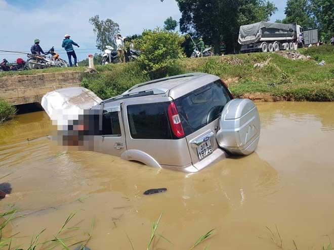 Xe ô tô tông cột mốc lao xuống ruộng, 6 người thương vong - 1