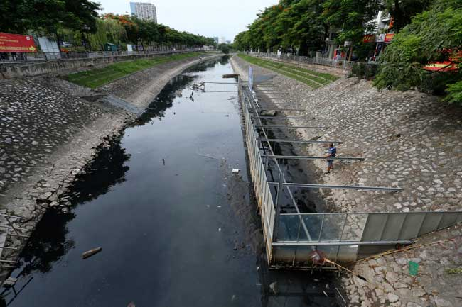 Sông Tô Lịch lại đen kịt, dày đặc cá chết sau xả 1 triệu m3 nước - 3