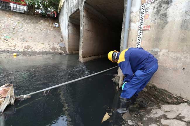 Sông Tô Lịch lại đen kịt, dày đặc cá chết sau xả 1 triệu m3 nước - 5