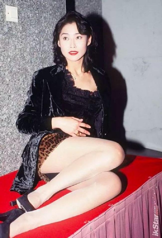 """Không dừng lại ở đó, Diệp Ngọc Khanh lại liên tục quay 3 bộ phim 18+: """"Hãy chiếm lấy em"""", """"Người đàn bà đẹp"""" và """"Khao khát thầm kín"""". Chính 3 bộ phim này đã đưa Diệp Ngọc Khanh trở thành """"Nữ hoàng phim 18+"""", """"Biểu tượng gợi cảm"""" của Hong Kong vào thời điểm đó."""