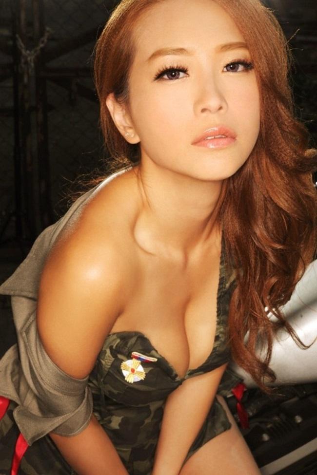 Hiện tại, Lâm Nhã Thi cũng thường xuyên tung ra những bộ ảnh nóng bỏng thế nhưng không mấy thu hút. Cô chủ động đi hát quán bar để kiếm tiền nuôi con.