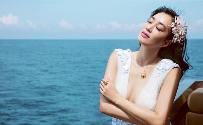 """Sau này, Chung Lệ Đề tiếp tục khẳng định được khả năng diễn xuất khi để lại ấn tượng với vai diễn Khang Mẫn lẳng lơ trong """"Thiên long bát bộ"""" (2003). Khán giả còn ấn tượng với cô trong các bộ phim ấn tượng như """"Truyền thuyết về người cá"""", """"Vệ sĩ Bắc Kinh"""", """"Vua đầu bếp"""", """"Rồng tái sinh""""…"""