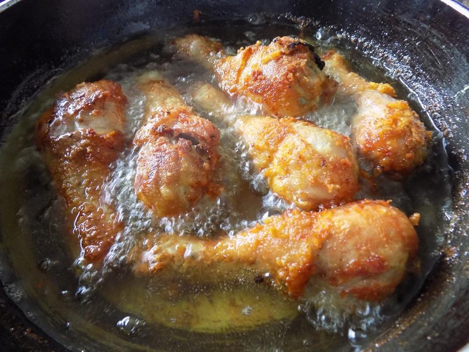 Mẹ cứ làm cơm đùi gà chiên thơm ngon thế này thì bé nào cũng ăn tì tì - 3