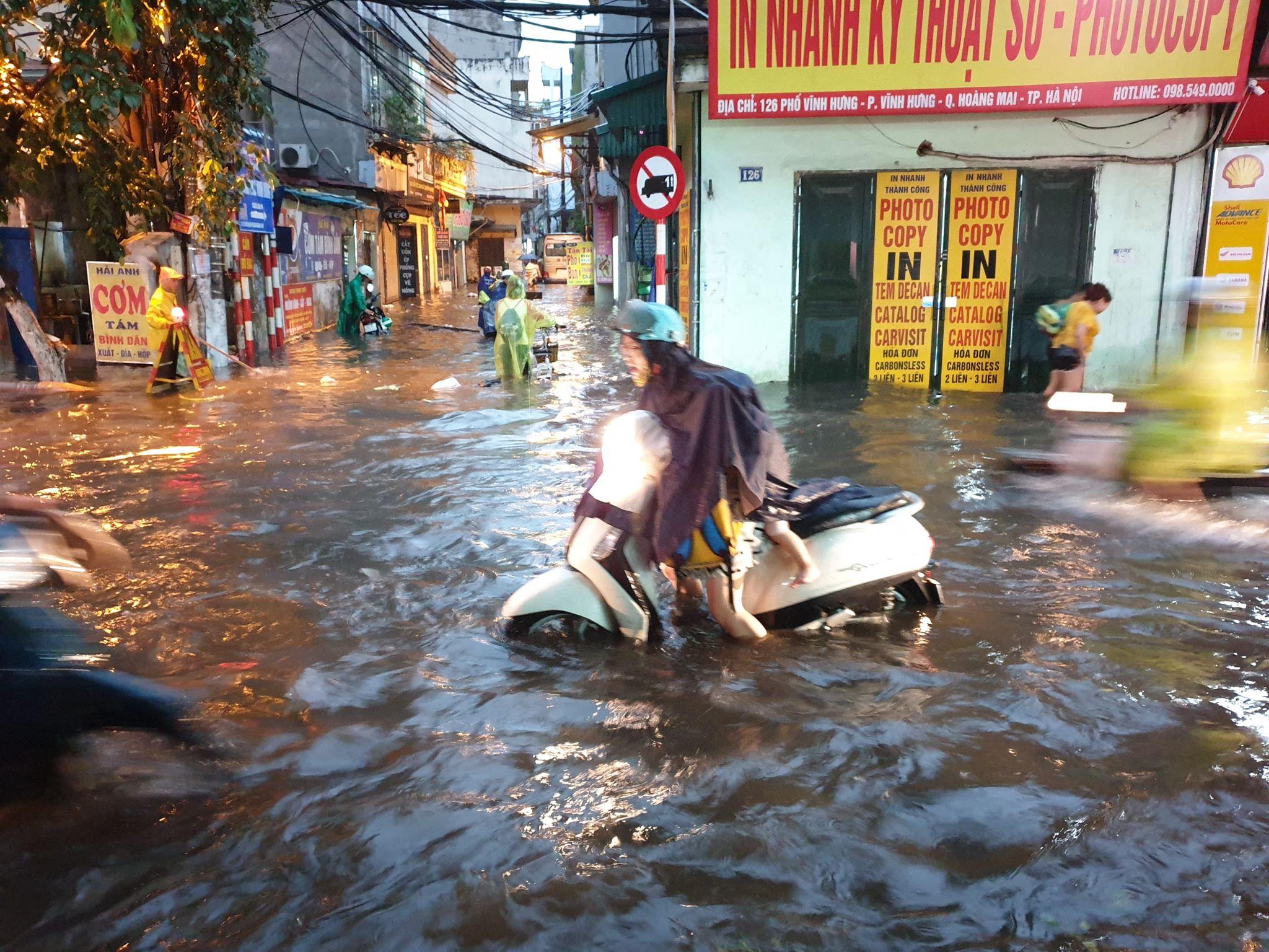 """Phố Hà Nội ngập như sông sau mưa, dân """"bơi"""" về nhà chiều đầu tuần - 2"""