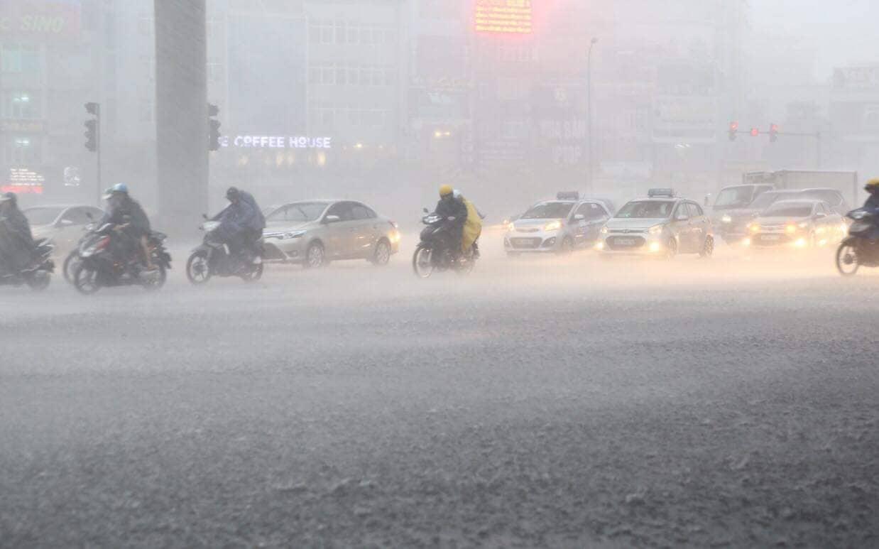 """Phố Hà Nội ngập như sông sau mưa, dân """"bơi"""" về nhà chiều đầu tuần - 1"""
