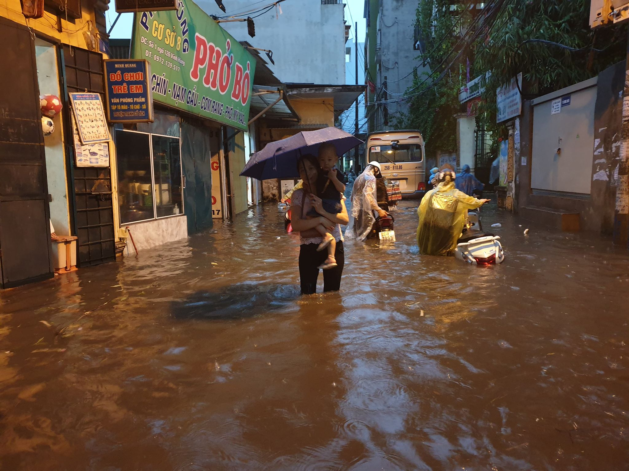"""Phố Hà Nội ngập như sông sau mưa, dân """"bơi"""" về nhà chiều đầu tuần - 5"""